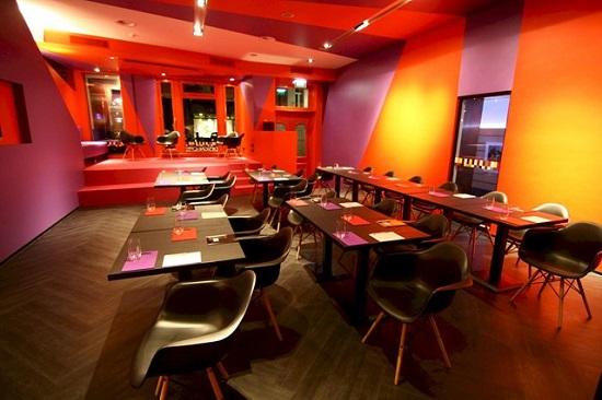 ترکیب رنگ نارنجی و بنفش رستوران